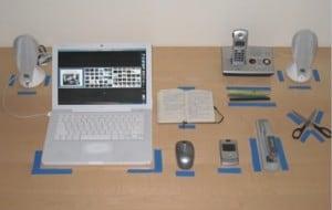 Rys. 2. Uporządkowanie biurka poprzez wyznaczenie linii Źródło: http://timebackmanagement.com/blog/5s-in-three-bullets/ (data dostępu: 22. 03. 2014 r.)